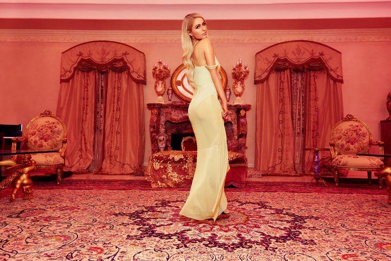 addc616c9 Com shapes dos anos 2000, a collab de Paris Hilton com o e-commerce  britânico Boohoo será lançada no dia 20 de junho