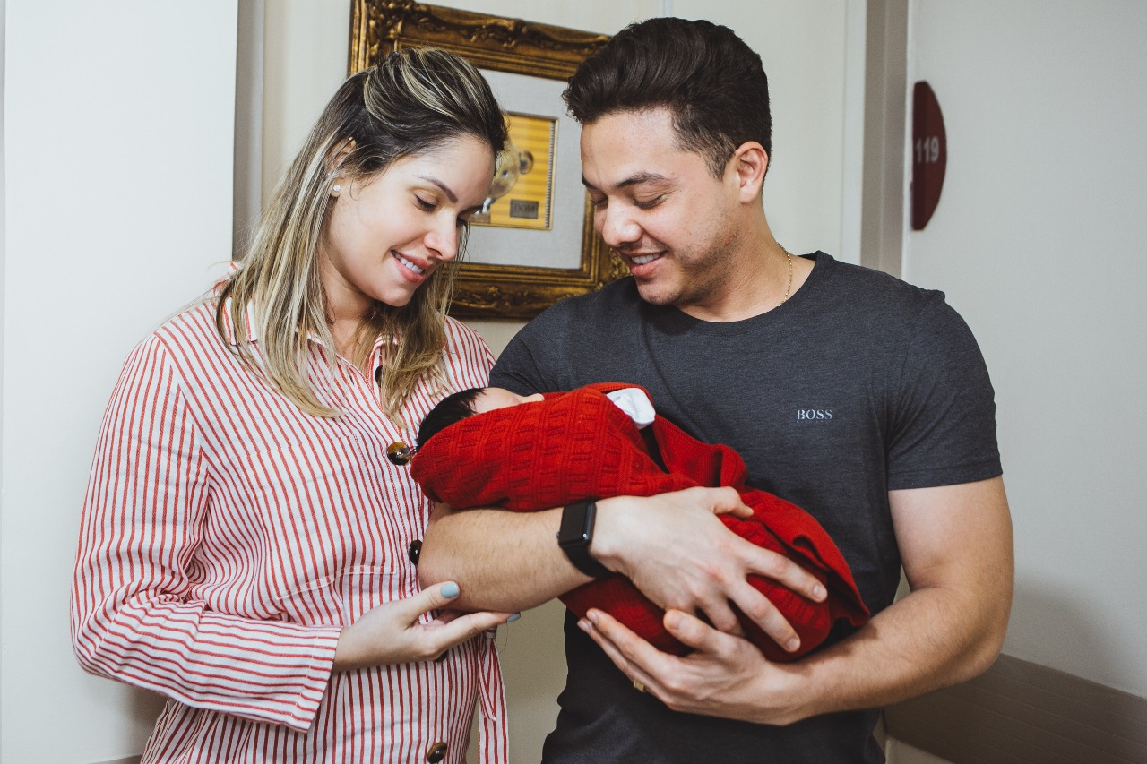 Wesley Safadão e Thyane Dantas e o recém nascido Dom