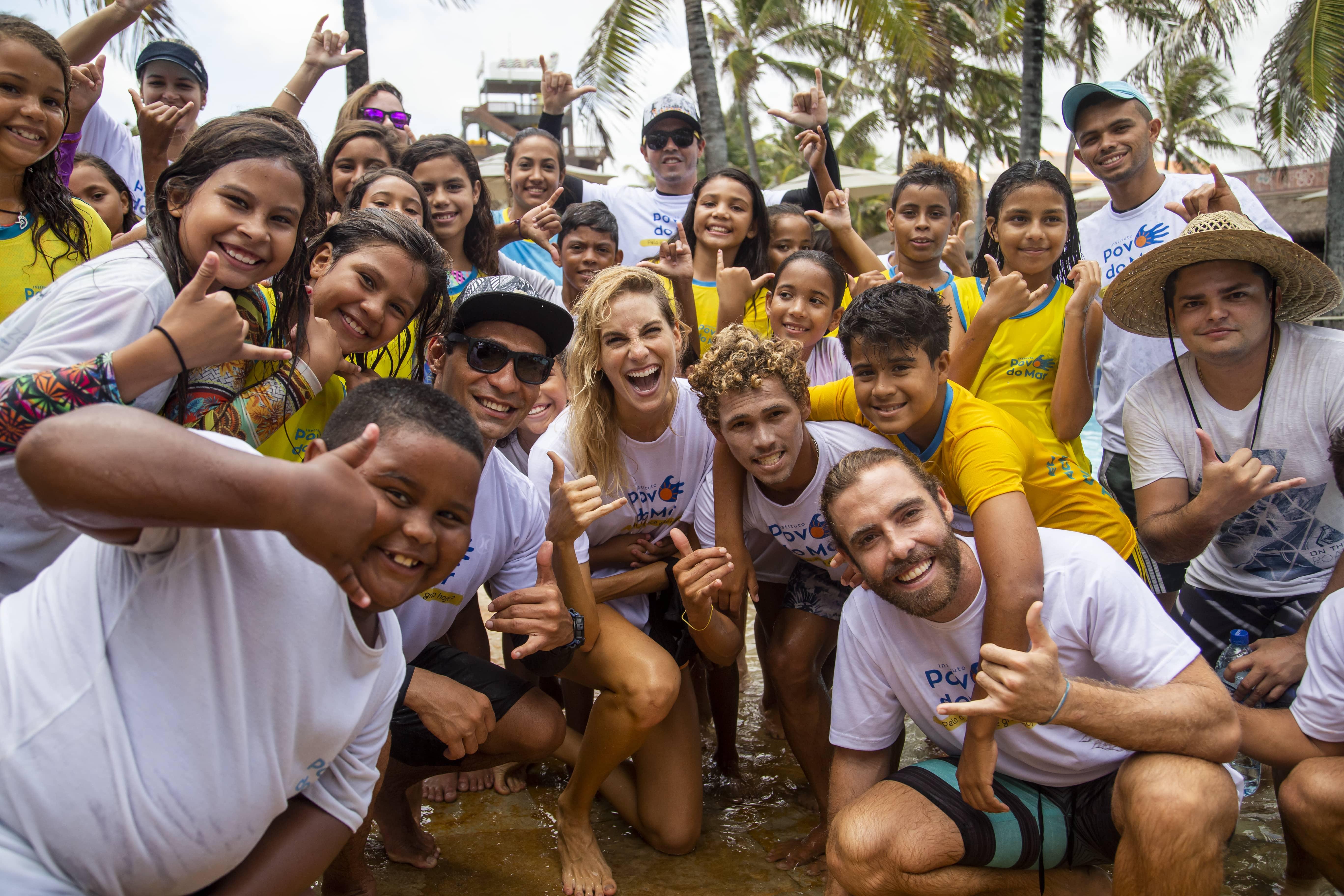 Beach Park e atriz Dani Gondim recebem crianças do Instituto Povo do Mar