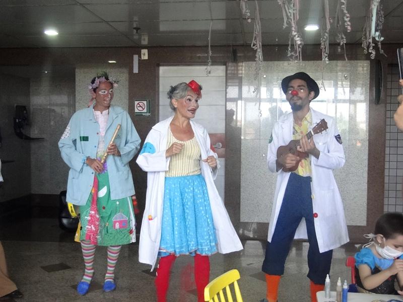 Trupe do Riso  leva alegria a pacientes internados em Hospital