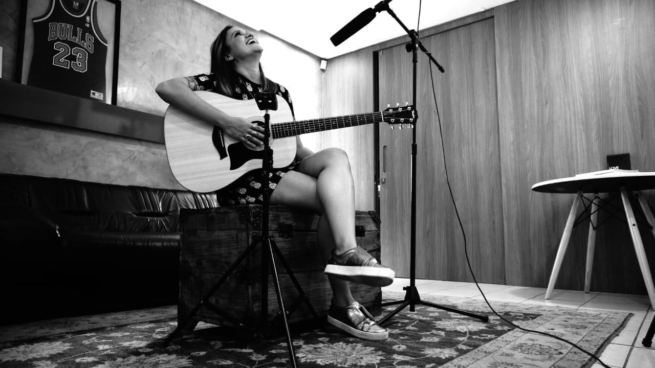 Ex-The Voice Júlia Dantas apresenta nova música no Projeto A SÓS