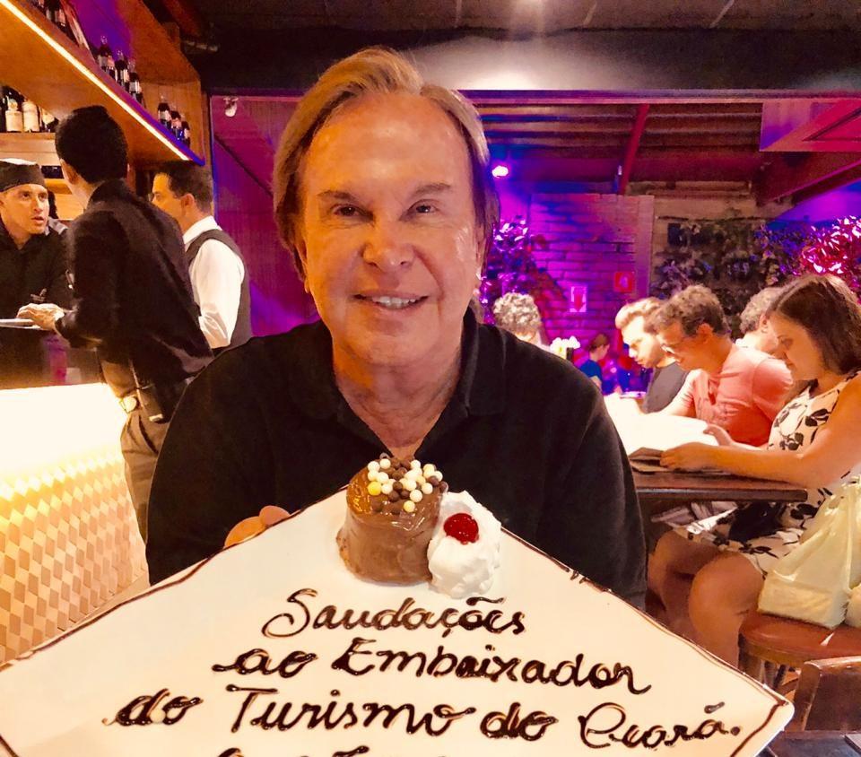 Lázaro Medeiros recebe singela homenagem no Coco Bambu Frutos do Mar
