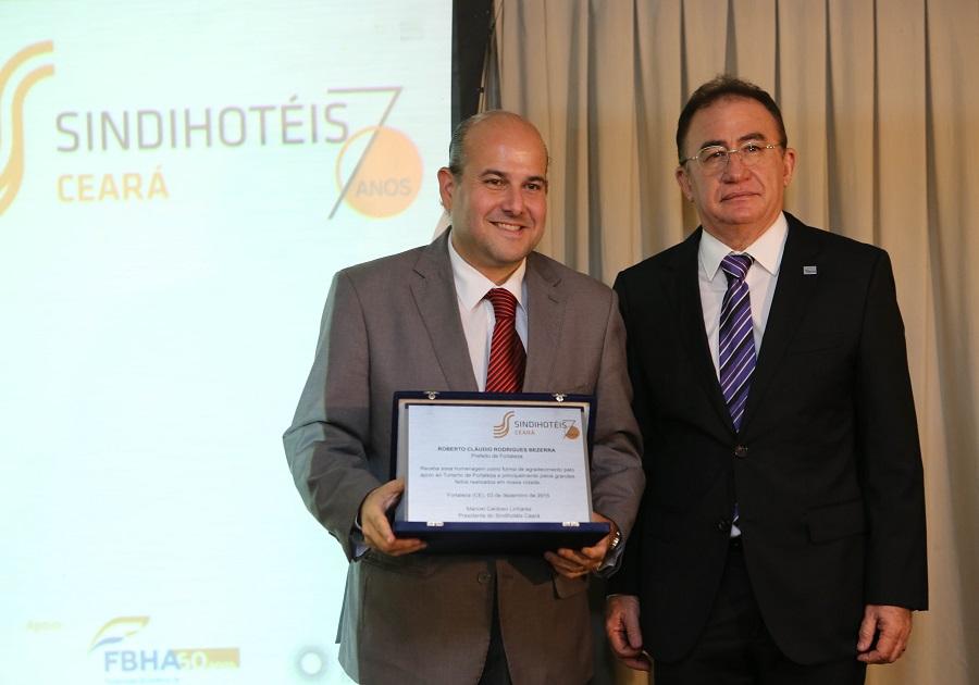 Manoel Linhares recebe o Troféu Personalidade Turística Habib Ary