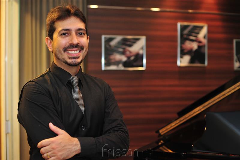 Felipe Adjafre Trio faz única apresentação no Teatro Ceará Show