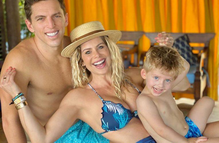De volta ao Ceará, Karina Bacchi se diverte com Enrico em parque aquático