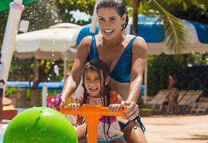Atriz Débora Secco aproveita dia de sol no Beach Park