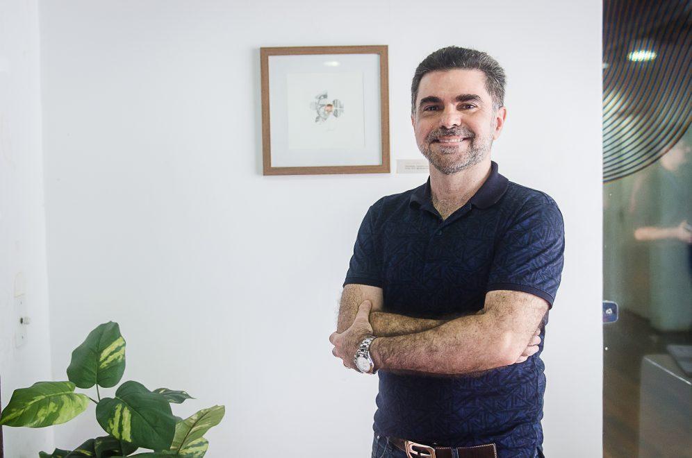 Cirurgião Plástico Isaac Furtado lança livro de poesias na Bienal do Livro