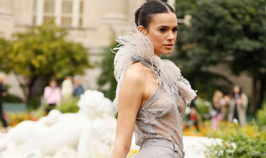 Bruna Marquezine investe em look bafônico no Paris Fashion Week