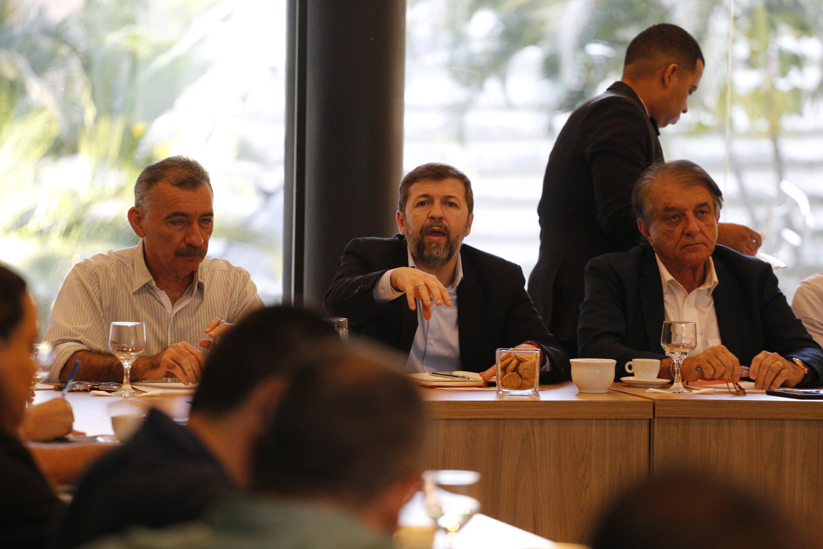 Governador Camilo Santana determina reforço de força-tarefa para prevenir chegada de mancha de óleo no litoral