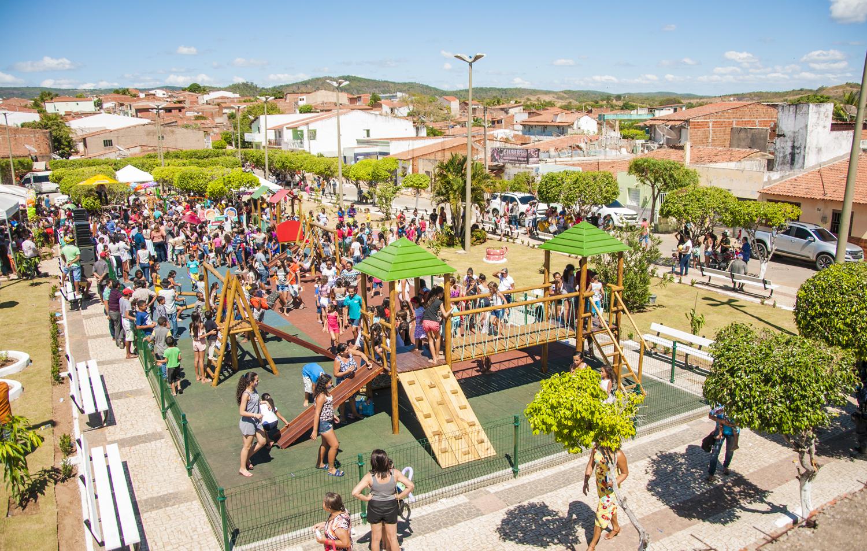 Marco histórico: Governo do Ceará entrega 100 brinquedopraças no estado
