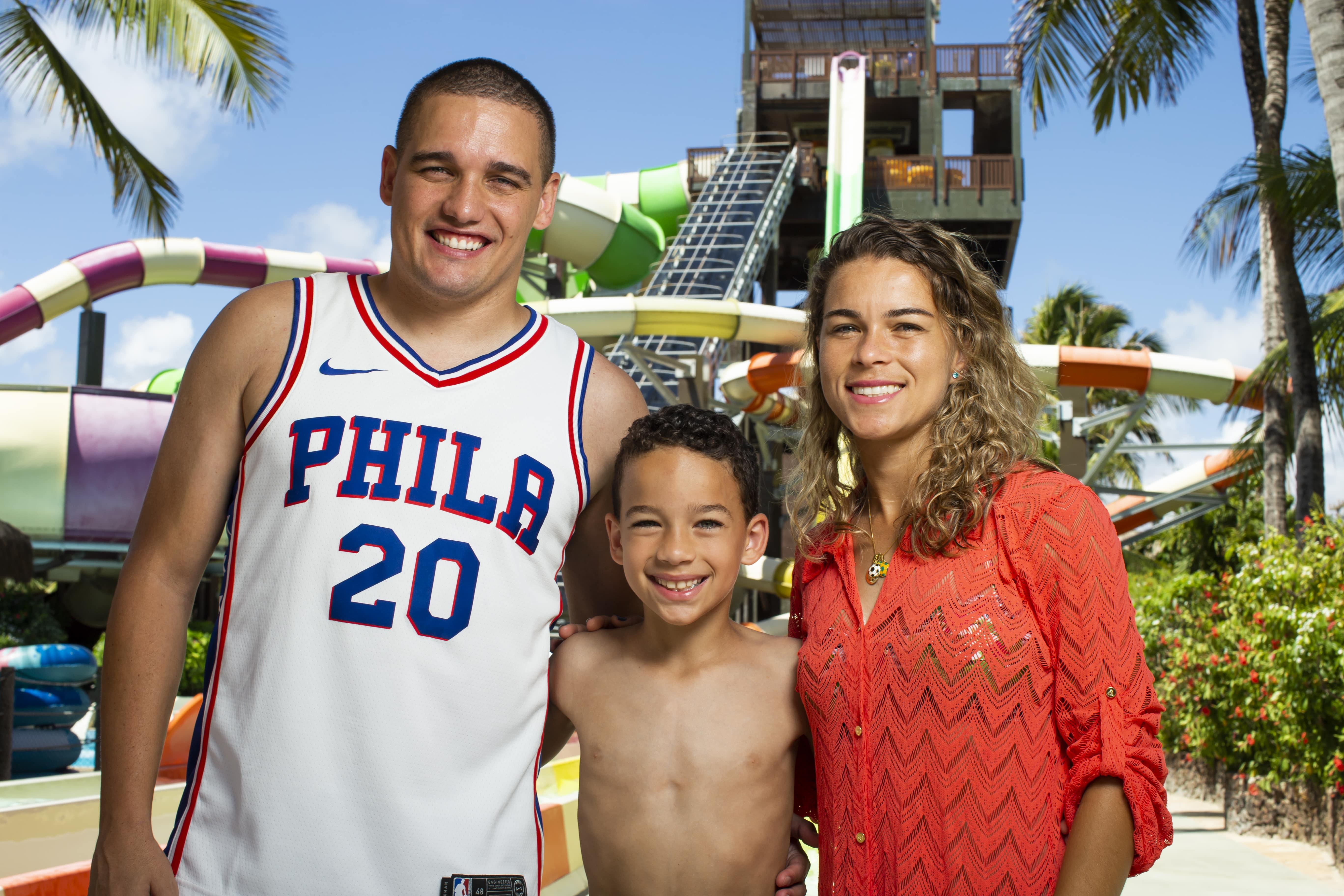 Tamires Dias descansa com a família no Beach Park