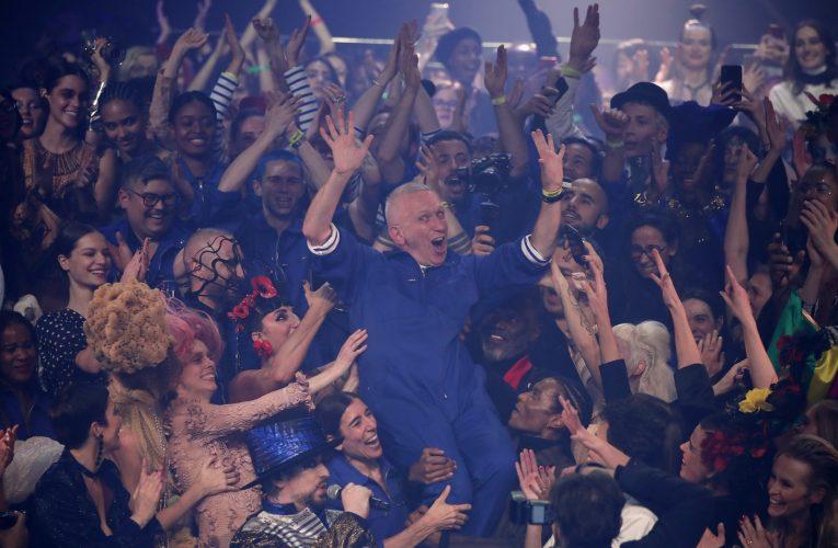 Jean Paul Gaultier dá adeus às passarelas em desfile com show ao vivo