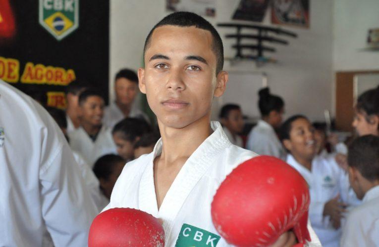 Jonathan Benvindo, atleta patrocinado pelo Instituto Aço Cearense, é homenageado pela primeira colocação no Ranking Cearense de Karate