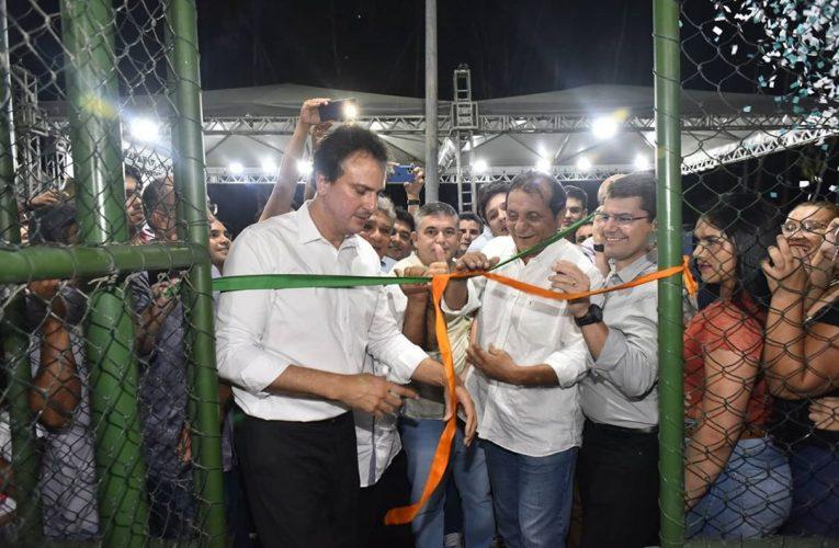 O governador Camilo Santana esteve presente para a entrega da recuperação da CE-375 e para inauguraração a 84ª areninha do Ceará