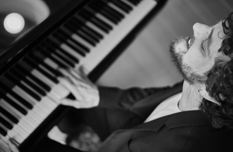 Projeto Pôr do Sol Fortaleza deste domingo (03/05) traz João Ventura, pianista que tocou com Madonna
