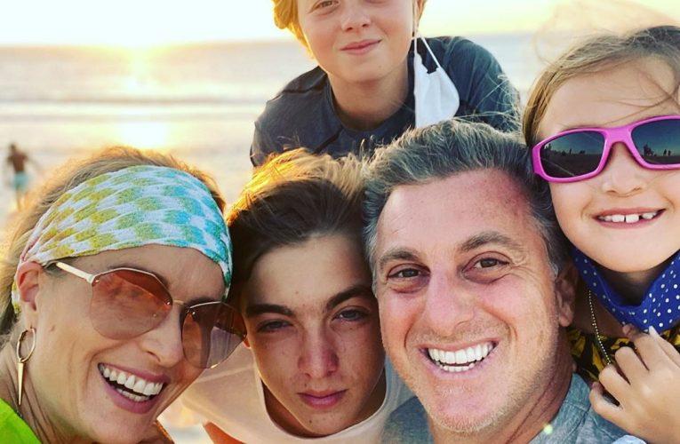 Luciano Huck veio comemorar a chegada dos seus 49 anos com família na praia, em viagem ao Ceará