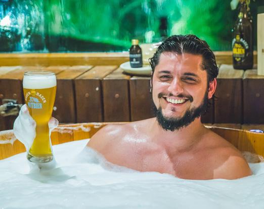 Com colarinho – O ator Bruno Gissoni participou do Baden Baden Beer Bath, um banho cervejeiro