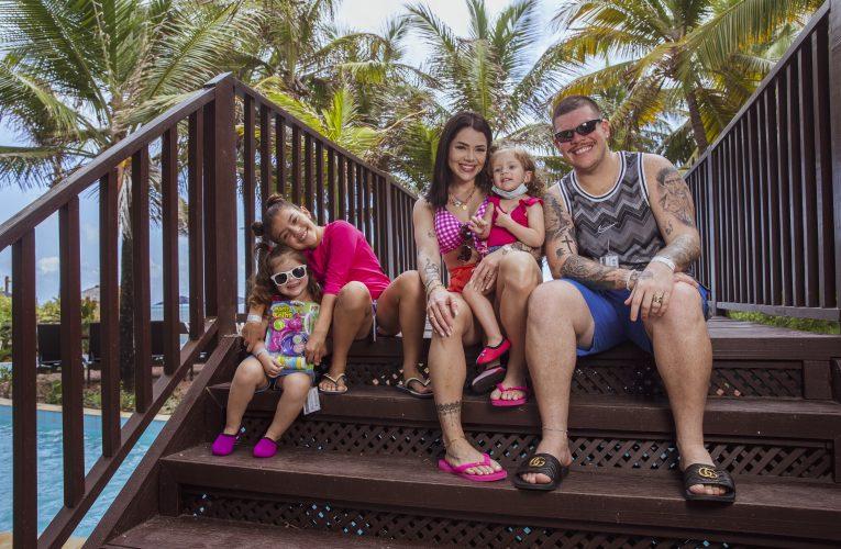 Ferrugem e Thais Vasconcellos aproveitam sol do Ceará