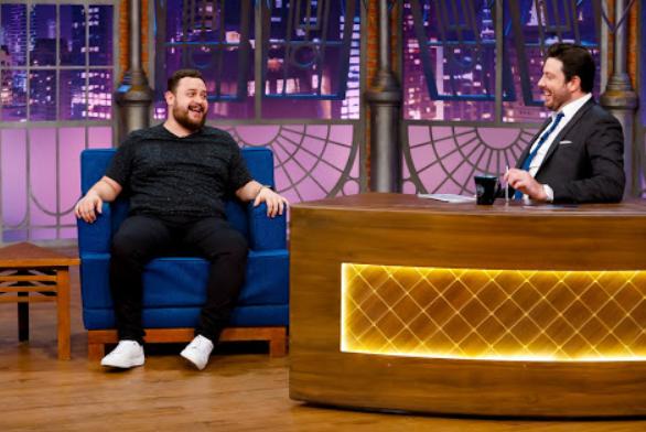 Danilo Gentili bate um papo com o comediante Estevam Nabote no The Noite desta quarta-feira (11)