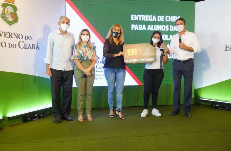 Alunos de escolas e universidades estaduais começam a receber do Governo do Ceará chips com internet