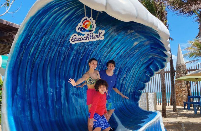 Any Maia e Davi Queiroz curtem dias de diversão no Beach Park  Ansiosos para voltar aos trabalhos em 2021, os atores mirins aproveitaram para curtir as piscinas do parque aquático.