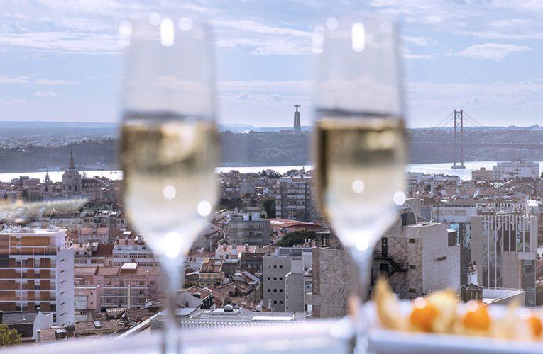 Em Lisboa, o Hotel Dom Pedro convida para uma refeição com vista para a cidade, sem que precise de pernoitar.
