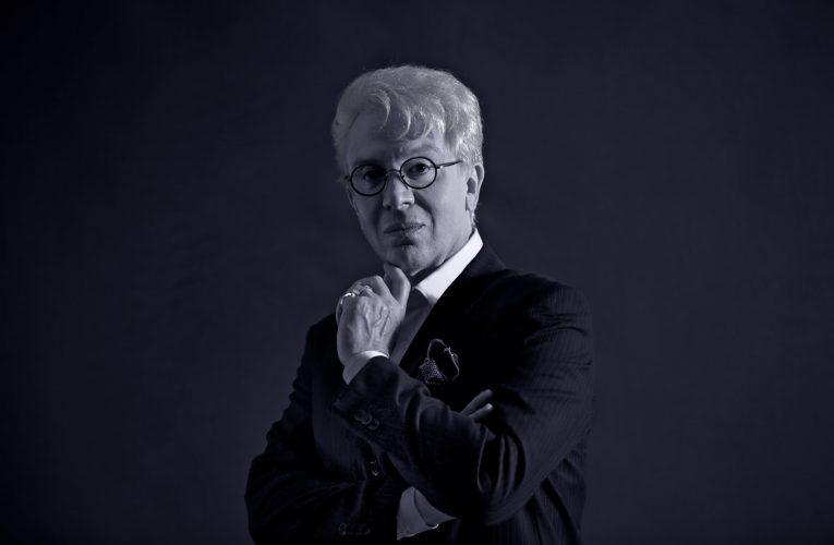 """Estrelada por Eduardo Martini, peça """"Simplesmente Clô"""" retorna para novas apresentações"""