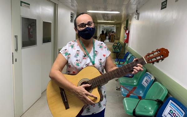 'Quem canta, ora duas vezes': técnica de enfermagem toca violão para ajudar na recuperação de pacientes