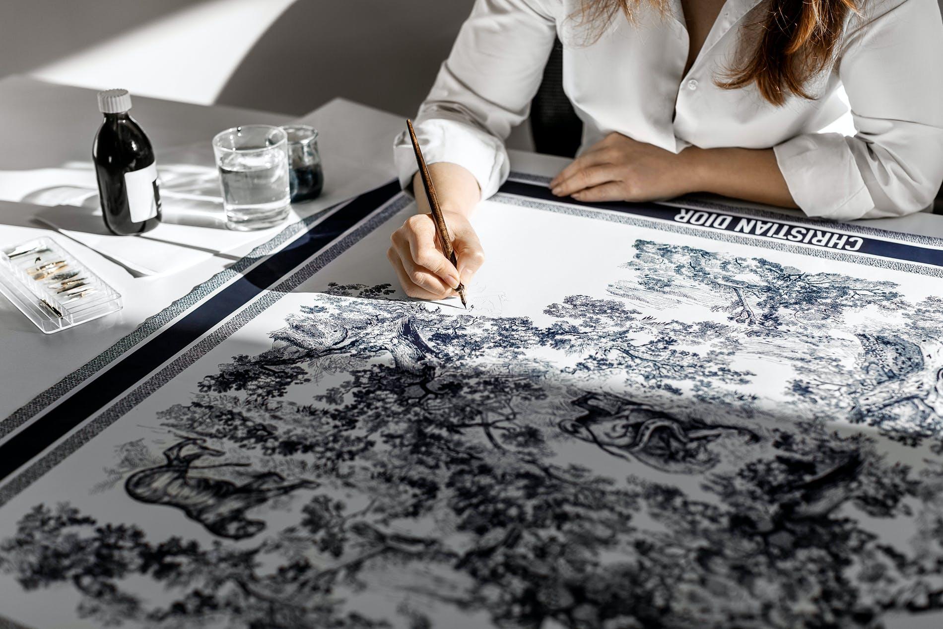 Dior apresenta nova coleção de lenços. Vem ver!