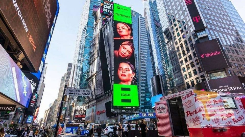 Marília Mendonça e Maiara&Maraisa estampam telão na Times Square